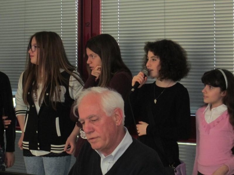 Don Claudio con i ragazzi di AC alla RSA