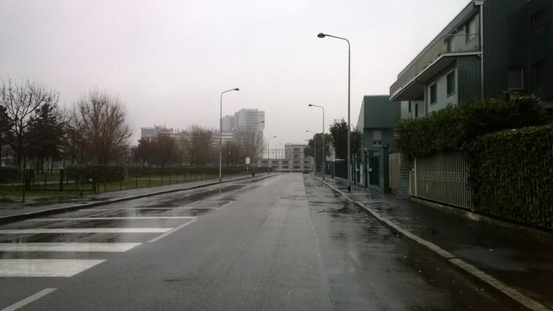 Fermata autobus con la pioggia